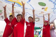 ua_2014_kids_carrying_flag_crop_2_costap_tsapulych.jpg?itok=WpCU0ZYQ